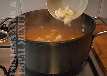 11. Seguidamente, añadir las ramitas de coliflor, rectificar de sal si fuese necesario y continuar la cocción a fuego medio y sin tapar.