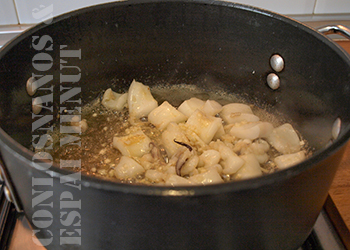 5. Calentar  una cucharada de aceite de oliva en una cazuela de base ancha y, cuando adquiera la temperatura deseada, agregar la sepia.