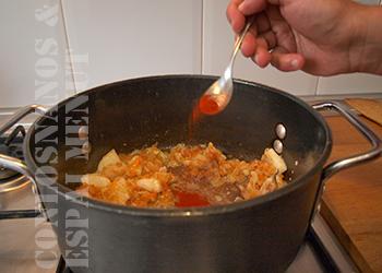 8. Añadir el pimentón rojo y mezclar bien con el resto de ingredientes.