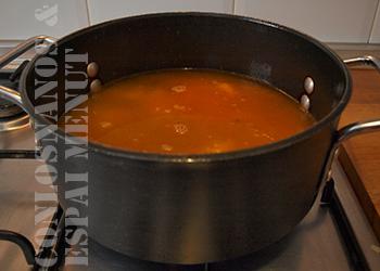 9. Cuando el pimentón empiece a desprender su aroma, verter el agua y salar. Dejar cocer tapado y a fuego lento durante 20 minutos.