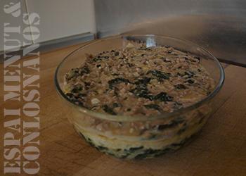 10. Disponer la mezcla de carne y perejil encima de la segunda capa del pastel y hornear unos 15 minutos, hasta que el huevo haya cuajado y la textura del Tajín del Bey sea compacta. Pasado este tiempo, retirar del horno y emplatar.