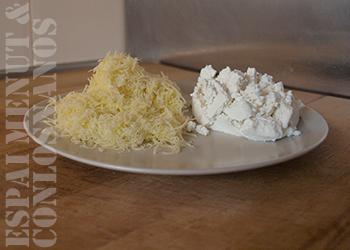 7. Mezclar la Ricotta, el queso Gruyere rallado, tres huevos y un tercio de la carne picada en un bol.