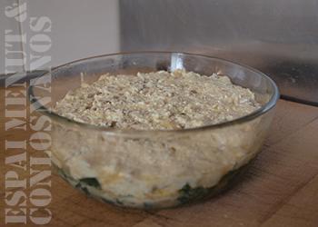 8. Disponer la mezcla de quesos y carne encima de la primera capa del pastel, de textura firme tras primer golpe de horno. Hornear de 5 a 10 minutos, hasta que la masa adquiera consistencia y sea posible disponer una capa sobre ella.