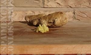 Pelar y cortar la patata y la manzana en dados de dimensiones parecidas al del resto de ingredientes.