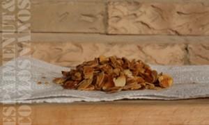 Calentar aceite en una sartén, dorar la almendra laminada y disponer en papel de cocina para eliminar el exceso de grasa. Salar y decorar con ella la crema de chirivía.