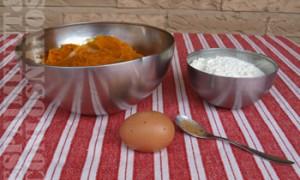 En un bol, mesclar la polpa de la carabassa, amb l'ou, l'anou moscada i la sal. Quan la mescla adquirisca una textura fina, afegir a poc a poc la farina i la semoleta (sempre que disposem d'ella) i treballar amb les mans.