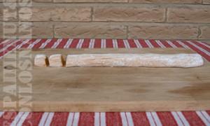 Espolvorear un poco de harina en una superficie lisa y hacer pequeños rollos de aproximadamente cinco centímetros de ancho con la masa. Con ayuda de un cuchillo, cortar porciones de poco más de un dedo de grosor.