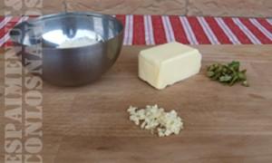 Per a fer la salsa de mantega: en una paella, calfar la mantega i, una vegada fosa, sofregir l'all, agregar l'alfàbega i salpebrar. Banyar els nyoquis de carabassa amb esta salsa i empolvorar parmesà per damunt.