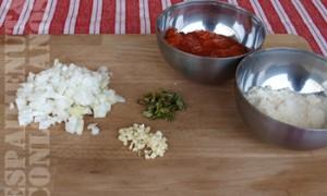 Per a fer la salsa de tomaca: en una paella, calfar oli i, quan aconseguisca la temperatura idònia, 'pochar' la ceba, sofregir l'all, agregar la tomaca, deixar cuinar mitja hora, empolvar alfàbrega i salpebrar. Banyar els nyoquis de carabassa amb aquesta salsa i empolvar parmesà per damunt.
