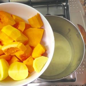 2. Afegir la carabassa i la patata trossejada en trossos grans i que agafe sabor durant uns 3 minuts.