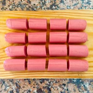 1. Cortar las salchichas en trozos de 3 cm de largo aproximadamente.