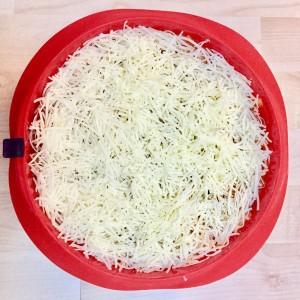 3. Cubrir toda la superficie con queso para gratinar y meter al horno durante 15 minutos a 225 grados.