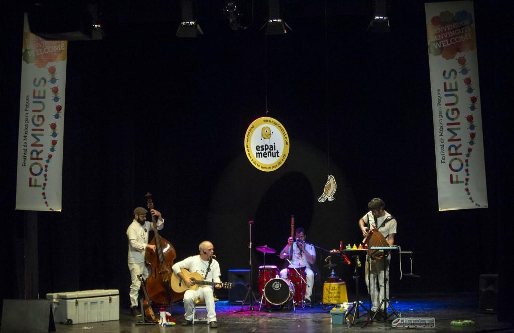 Fiesta de 2º aniversario, junto a Formigues Festival, con el concierto de La Petita Orquestra Peiotaire en el Teatre del Raval de Castellón en 2014. Foto: Pau Bellido (hoyoyo.es).