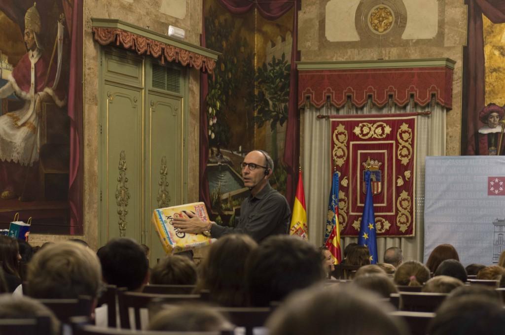 Carlos Casabona con una caja de