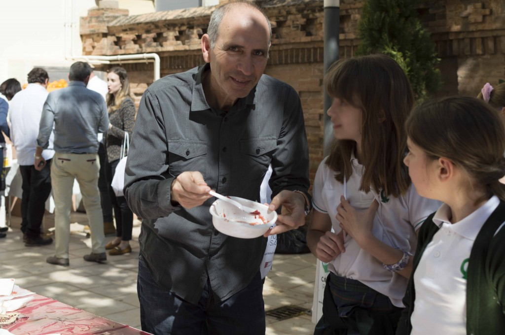 Carlos Casabona, junto a dos alumnas de Castellón. Fotos: Amparo Más.