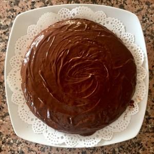 2. 2.Funde una tableta de chocolate (negro o blanco, al gusto) y cubre la coca de yogur completamente sin olvidar los laterales.