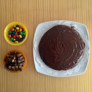 3. Crea una muralla de mini Kit-Kats alrededor de la coca. Si no se fijan bien las chocolatinas, añade un poco del chocolate fundido a ellas a modo de pegamento.