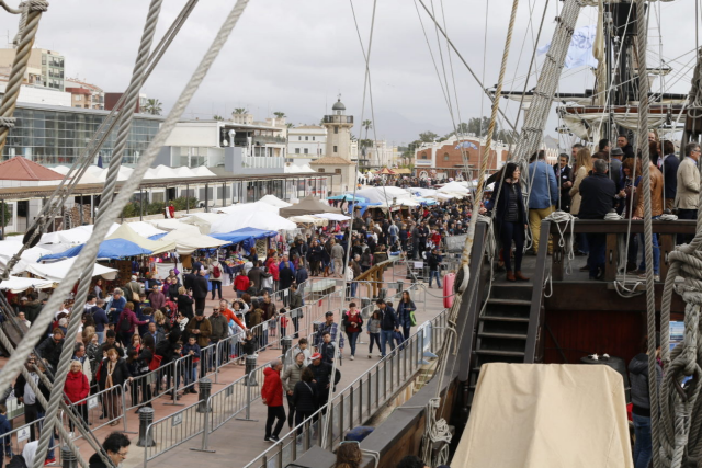 Persones visiten la embarcació en Escala a Castelló 2018